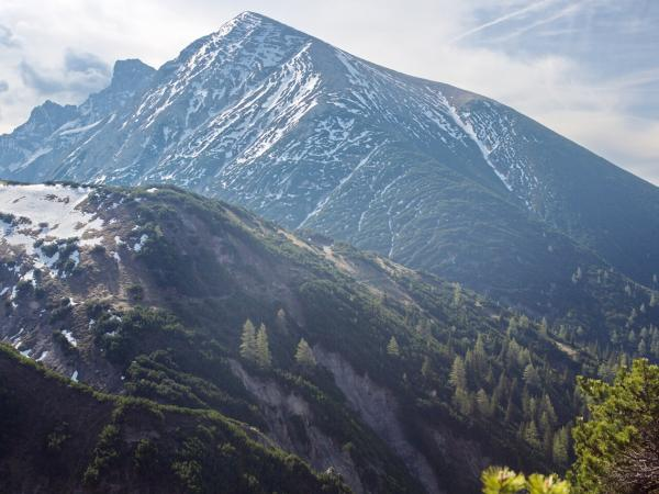 Das Bild vom Solstein zeigt die derzeitige Situation was Schneefelder betrifft recht gut!
