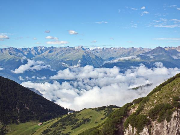 Blick auf das Solsteinhaus, im Hintergrund die Stubaier Alpen