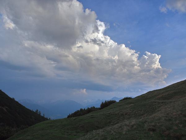 Eher eine harmlose Wolkenformatiion was eine Gewitterbildung betrifft!