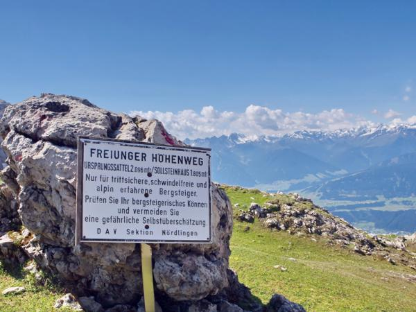 Der Bergweg über die Freiungen ist äußerst anspruchsvoll - die Info am Ursprungsattel sollten unbedingt beherzigt werden. Deutlich einfacher ist der Weg zum Solsteinhaus über die Eppzirlerscharte!