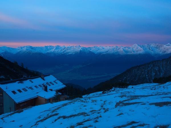 Am Alpenhauptkamm macht sich schon am frühen Morgen  der Föhn bemerkbar!