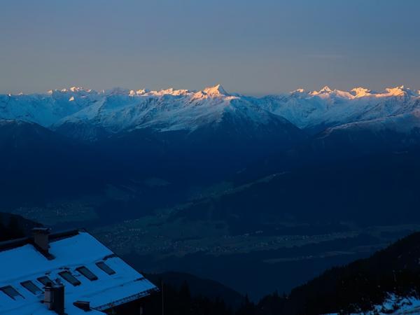 Während die Täler noch im Dunklen liegen erstrahlen die Bergspitzen bereits im Gold der aufgehenden Sonne!