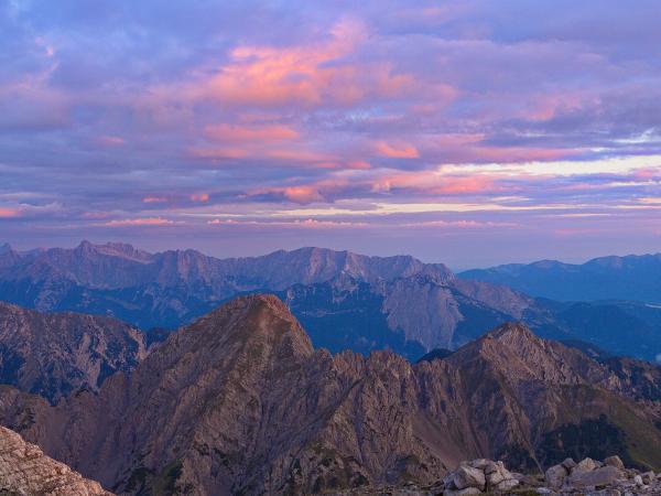 Blich nach Westen vom Gipfel des Solstein! Im Vordergrund die Erlspitze.