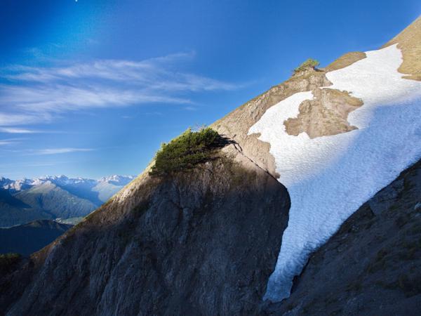 EIn stabiler Bergschuh mit steifer Sohle und gutem Profil sowie ein Espickel sinnd eine absolute Notwendigkeit bei einer Begehung von solchen Schneefeldern.