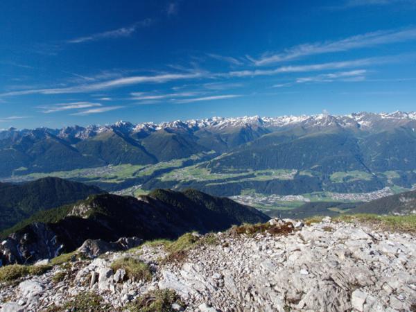 Blick von den Freiungen ins Inntal und zu den Stubaier Bergen.
