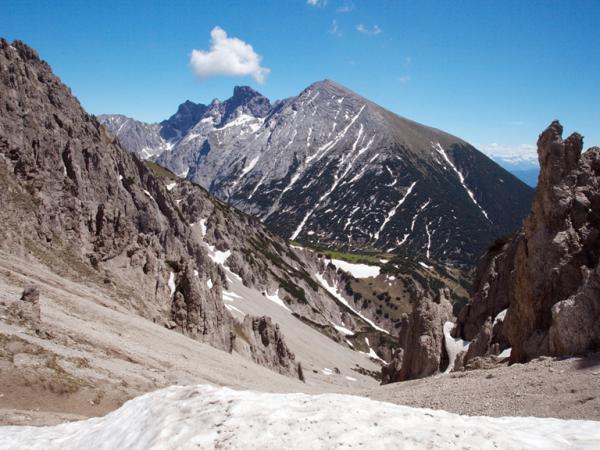 Der Blick von der Eppzirler-Scharte zeigt, dass der Anstieg auf den Solstein nahzu schneefrei ist!