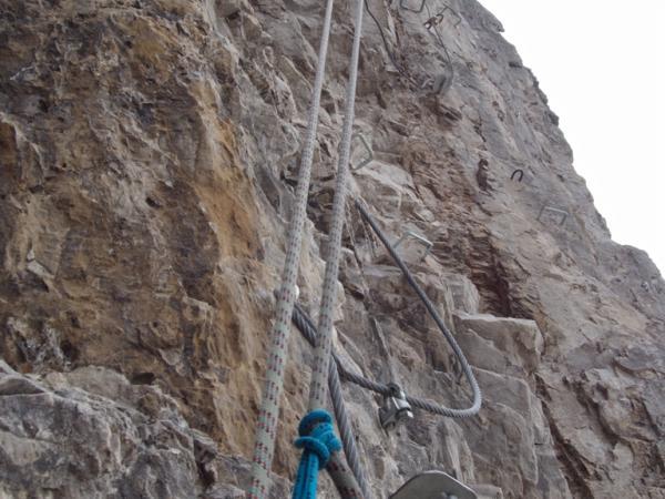 Bei der Kontrolle des Klettersteiges wurden das Seil an allen Klemmstellen auf eventuelle Drahtbrüche kontrolliert!