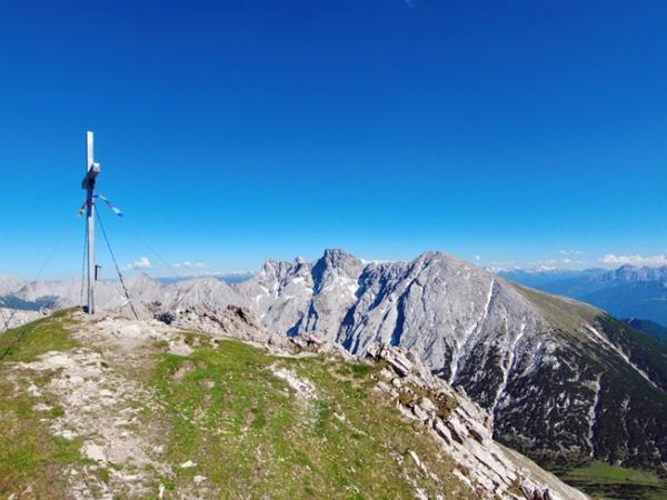Traumhafte Aussicht vom Gipfel der Erlspitze.