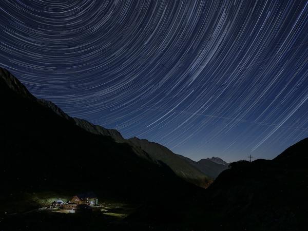 Stern-Strichspuren über der Franz Senn Hütte