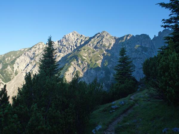 Der Blick auf die Kuhljochspitze wenige Gehminuten hinter der Hütte